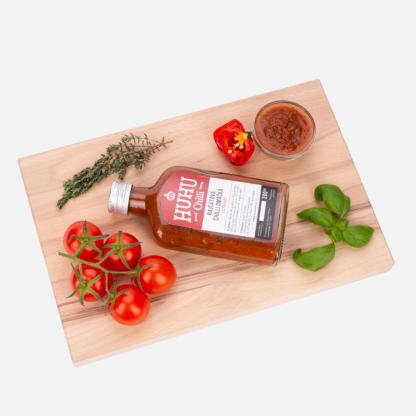 Rajčatová extra hot chlli omáčka z produkce HUHU chilli farm. Je vynikající k salátum, k pizze, k těstovinám, do guláše nebo s nachos.