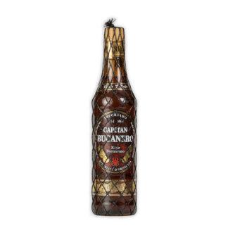 Rum Bucanero z Dominikánské republikyzrál po 7 let v sudech z amerického bílého dubu společně s rozinkami sultánkami a kalifornskými švestkami.