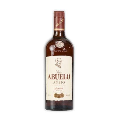 Rum Abuelo Añejo zraje po dobu až 5 let v sudech z bílého dubového dřeva, ve kterých ještě před ním zrály whiskey a bourbon.